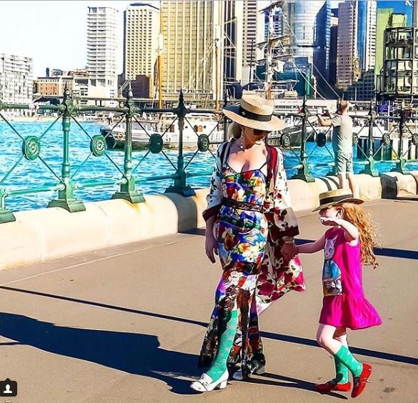 Mặc dù diện đồ đồng điệu với mẹ nhưng Jo walkdervẫn chọn cho con những phong cách phù hợp không bị già quá so với tuổi của mình.