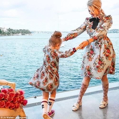 Thời trang của 2 mẹ con rất da dạng, từ hiện đại tới cổ điển.
