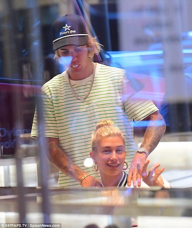 Được Justin Bieber trao nhẫn kim cương cầu hôn, Hailey cũng mua thêm một chiếc tặng lại chồng - Ảnh 1.