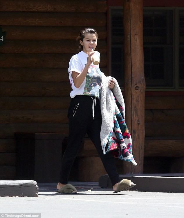 Sự thật về mối quan hệ của Selena Gomez với bạn trai tin đồn trông giống Brooklyn Beckham - Ảnh 2.