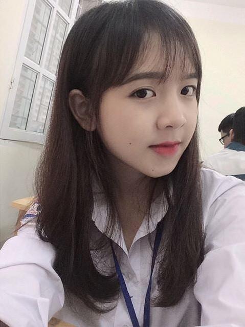 Hiện tại, Huyền Châu là nữ sinh một trường cấp 3 tại Sơn La. Những bức ảnh mới đây cho thấy cô bạn phần nào trưởng thành hơn và vẫn giữ được vẻ ngoài xinh xắn.