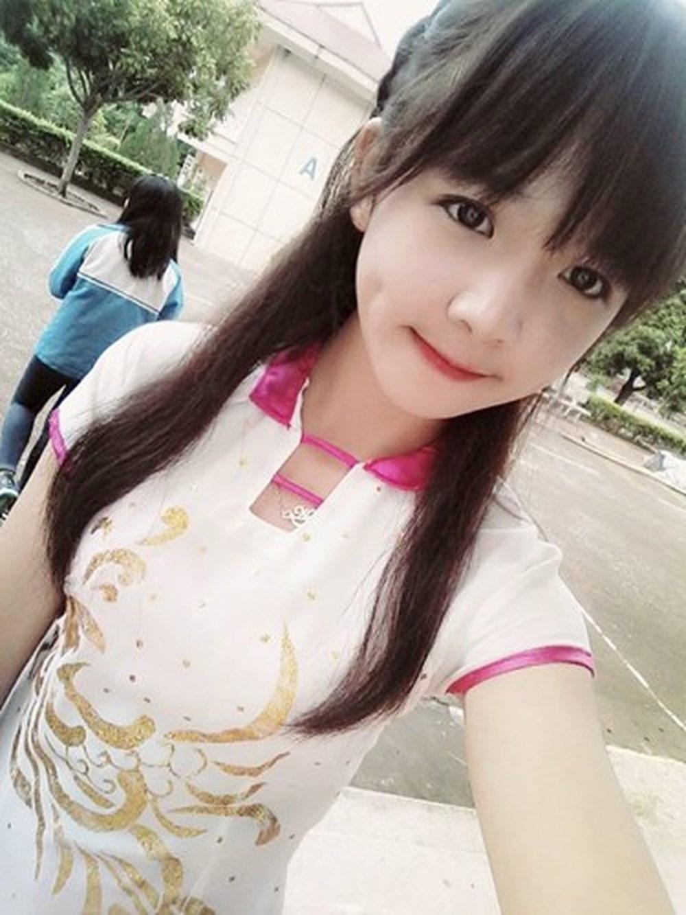 Từ bức ảnh chụp năm lớp 9, Trần Huyền Châu (17 tuổi) ngay lập tức trở thành nhân vật được dân mạng tìm kiếm vào 2-3 năm trước. Sở hữu gương mặt dễ thương, 10X được mệnh danh là 'hot girl tiểu học' tại thời điểm đó.