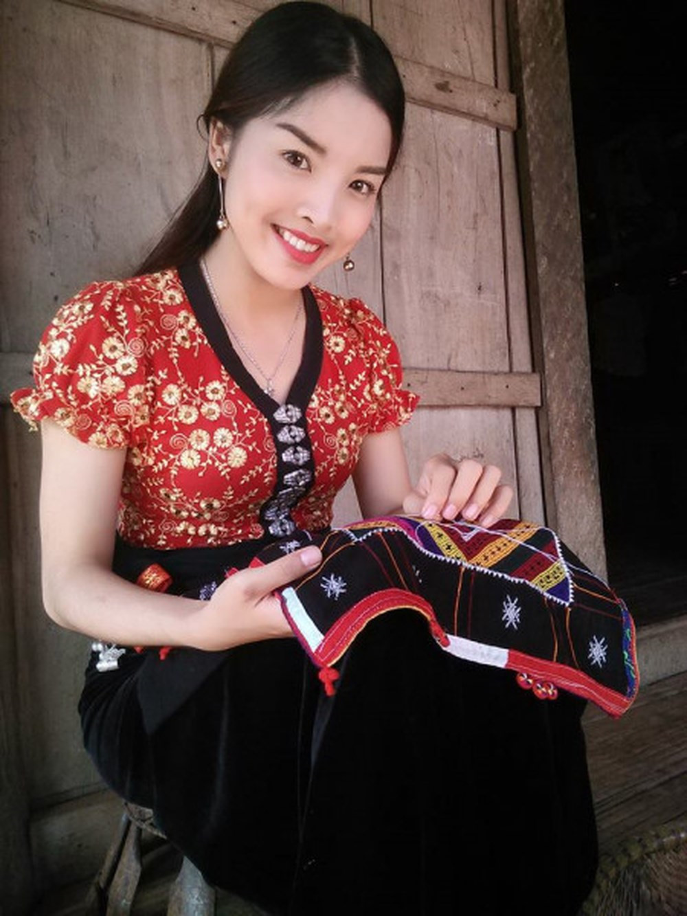 Lư Thị Hương (23 tuổi) tham gia cuộc thi Miss Photo 2017. Hình ảnh cô gái dân tộc Thái ngồi thêu khăn piêu từng để lại nhiều dấu ấn đối với mọi người.