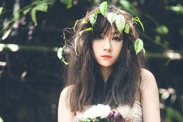 Được mệnh danh là 'hot girl Mộc Châu', Triệu Thị Linh Hoa (23 tuổi) từng gây chú ý khi đoạt giải nhất cuộc thi Tìm kiếm gương mặt Ulzzang Hàn Quốc năm 2013. Từ đây, cô bắt đầu theo đuổi nghề người mẫu. Nhiều bộ ảnh thời trang của 9X nhận được phản hồi tích cực từ cộng đồng mạng.
