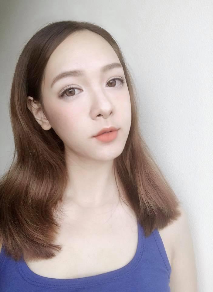 Hiện tại, Linh Hoa vẫn là người mẫu tự do. Sở hữu gương mặt thanh thoát, cô gái 23 tuổi theo đuổi phong cách nữ tính, nhẹ nhàng, khá giống với các hot girl Nhật Bản, Hàn Quốc.