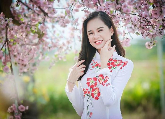 Điêu Thị Hồng (20 tuổi) là gương mặt nổi bật tại đêm chung kết cuộc thi iMiss Thăng Long 2017. Sau hơn một năm vắng bóng, 9X đang là sinh viên Học viện Hành chính quốc gia và không còn hoạt động nghệ thuật.