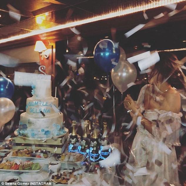 Selena Gomez diện váy trễ nải vòng 1, ôm trai lạ thân thiết trong tiệc sinh nhật tuổi 26 - Ảnh 6.