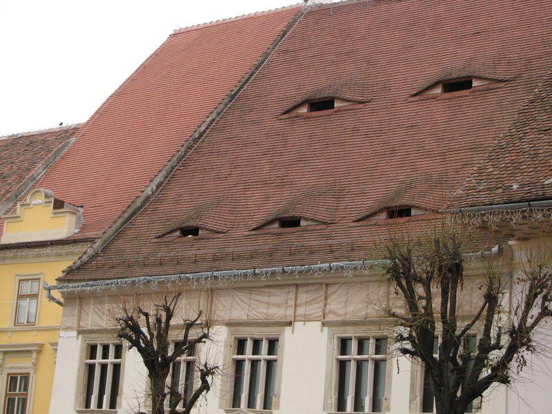 Ở quê hương của Dracula, đến cả nhà cửa cũng khiến người ta lạnh gáy với những con mắt dõi theo người qua lại - Ảnh 1.