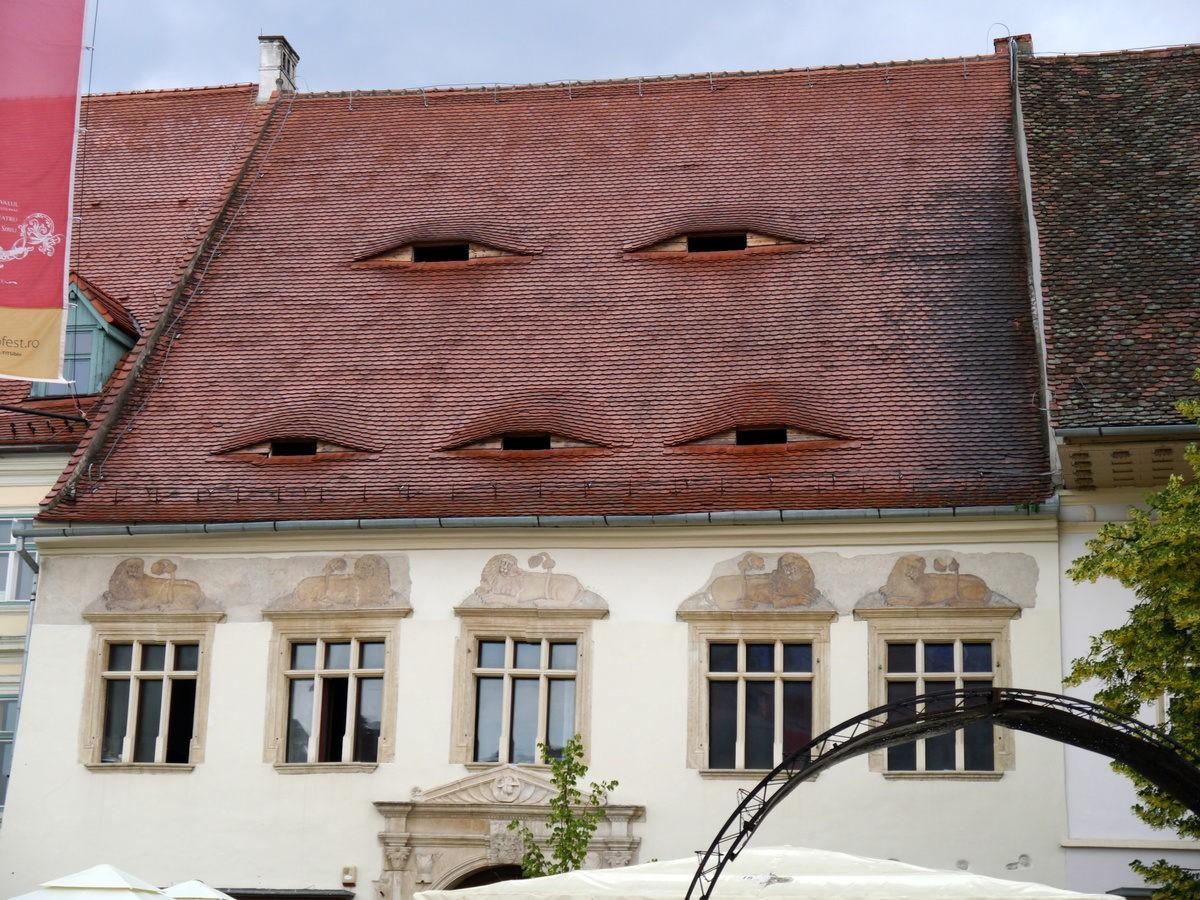 Ở quê hương của Dracula, đến cả nhà cửa cũng khiến người ta lạnh gáy với những con mắt dõi theo người qua lại - Ảnh 3.