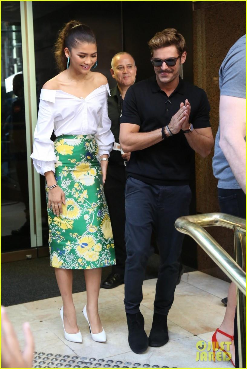 Nhưng, nếu muốn một vẻ ngoài thanh lịch và thời trang hơn, bạn gái có thể cân nhắc lựa chọn cặp đôi áo tay bồng cùng chân váy bút chì như Zendaya Coleman.