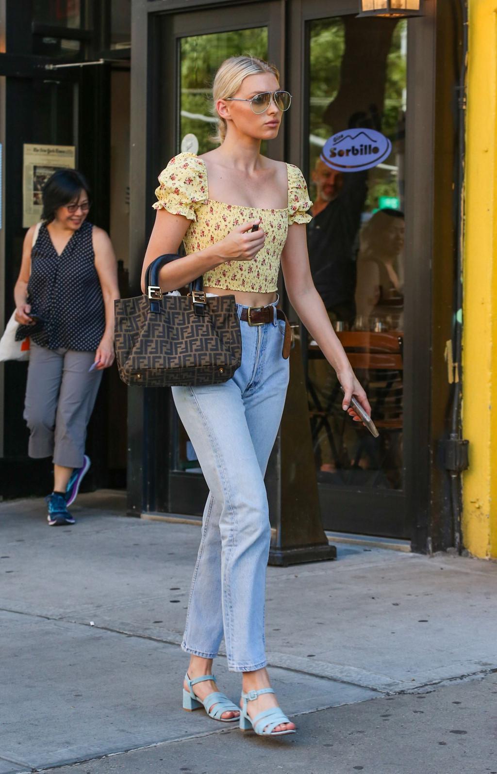 Elsa Hosk lăng xê xu hướng áo tay bồng hoa nhí kết hợp boyfriend jeans và sandal xanh pastel đậm hơi hướng vintage khi dạo phố New York.