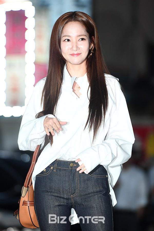 Thích dùng tóc nối tạm thời? Bạn đừng tham như Park Min Young kẻo đầu bị phồng to 'dị' như thế này