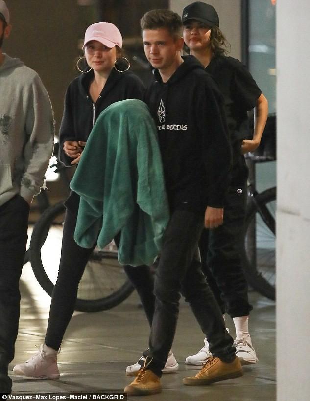 Mặc Justin hạnh phúc với Hailey, Selena hẹn hò đêm khuya bên bạn trai tin đồn giống Brooklyn Beckham - Ảnh 4.