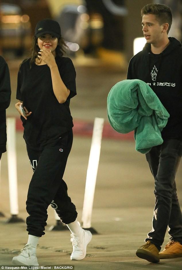 Mặc Justin hạnh phúc với Hailey, Selena hẹn hò đêm khuya bên bạn trai tin đồn giống Brooklyn Beckham - Ảnh 1.