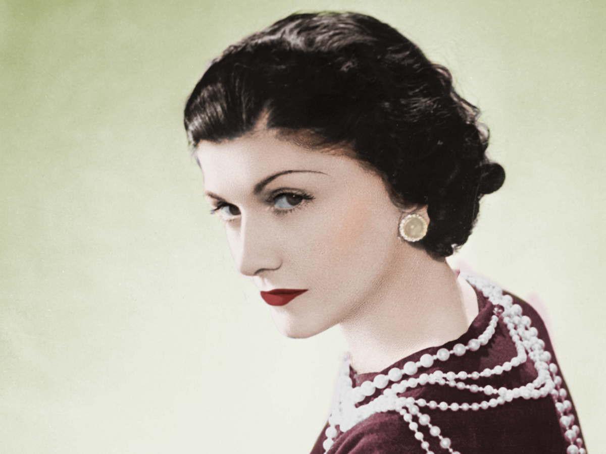 Coco Chanel: Từ ca sĩ phòng trà đến nhà thiết kế thời trang huyền thoại, là bóng hồng của bao người lỗi lạc nhưng mãi cô đơn đến cuối đời - Ảnh 1.