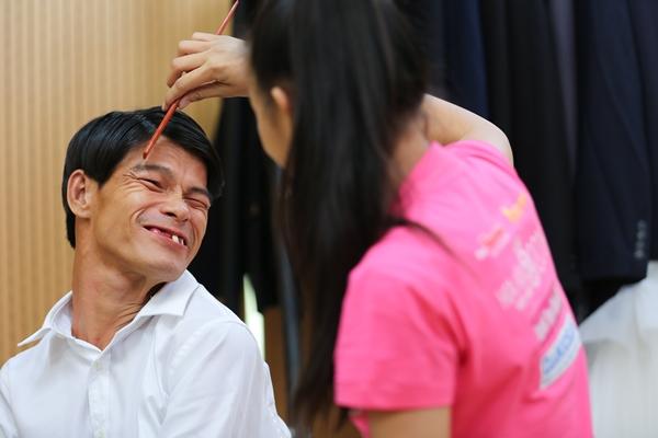 Niềm hạnh phúc hiện lên trên khuôn mặt của một người đàn ông.