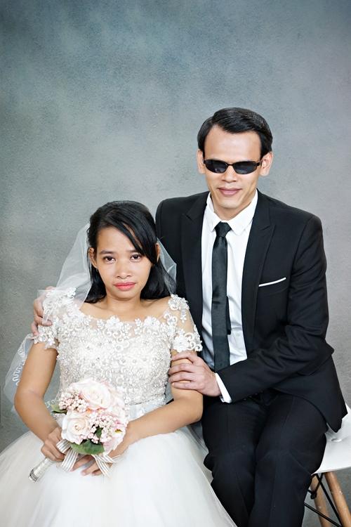 Có người khiếm thị không thể trực tiếp nhìn thấy người bạn đời xinh đẹp thế nào trong chiếc áo cưới lộng lẫy hay trong bộ vest lịch thiệp. Thế nhưng niềm xúc động đều hiện rõ trên gương mặt, khó lòng che giấu được.