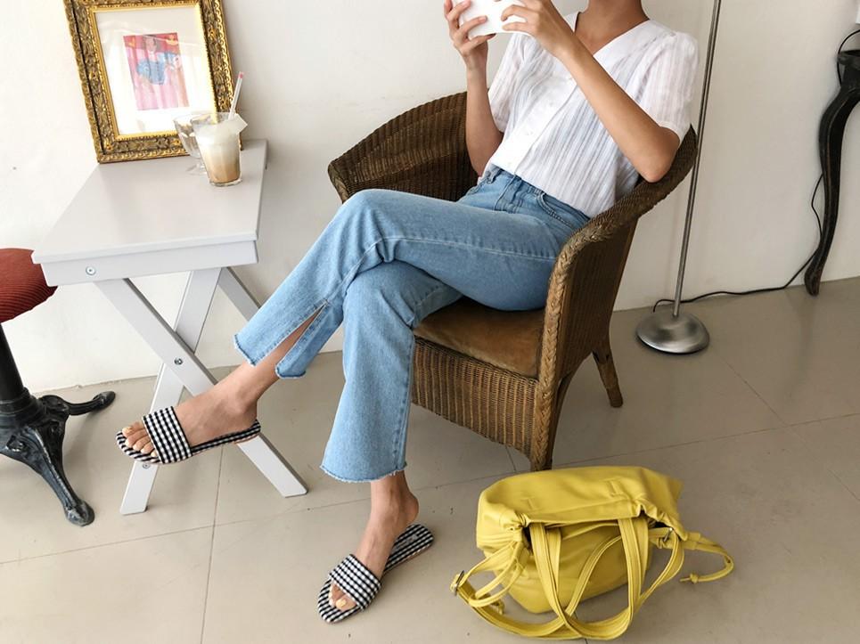 Quần jeans ống xẻ bên không phải là bị lỗi đâu mà chính là hot trend năm nay đấy! - Ảnh 10.
