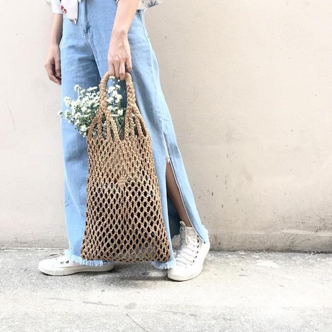 Quần jeans ống xẻ bên không phải là bị lỗi đâu mà chính là hot trend năm nay đấy! - Ảnh 12.