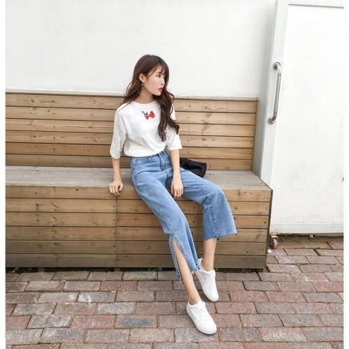 Quần jeans ống xẻ bên không phải là bị lỗi đâu mà chính là hot trend năm nay đấy! - Ảnh 4.