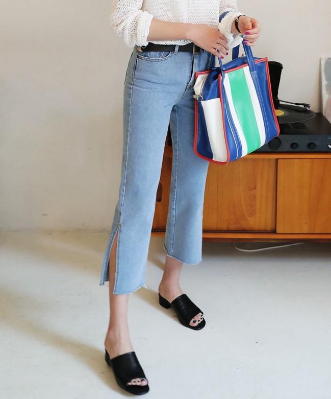 Quần jeans ống xẻ bên không phải là bị lỗi đâu mà chính là hot trend năm nay đấy! - Ảnh 8.