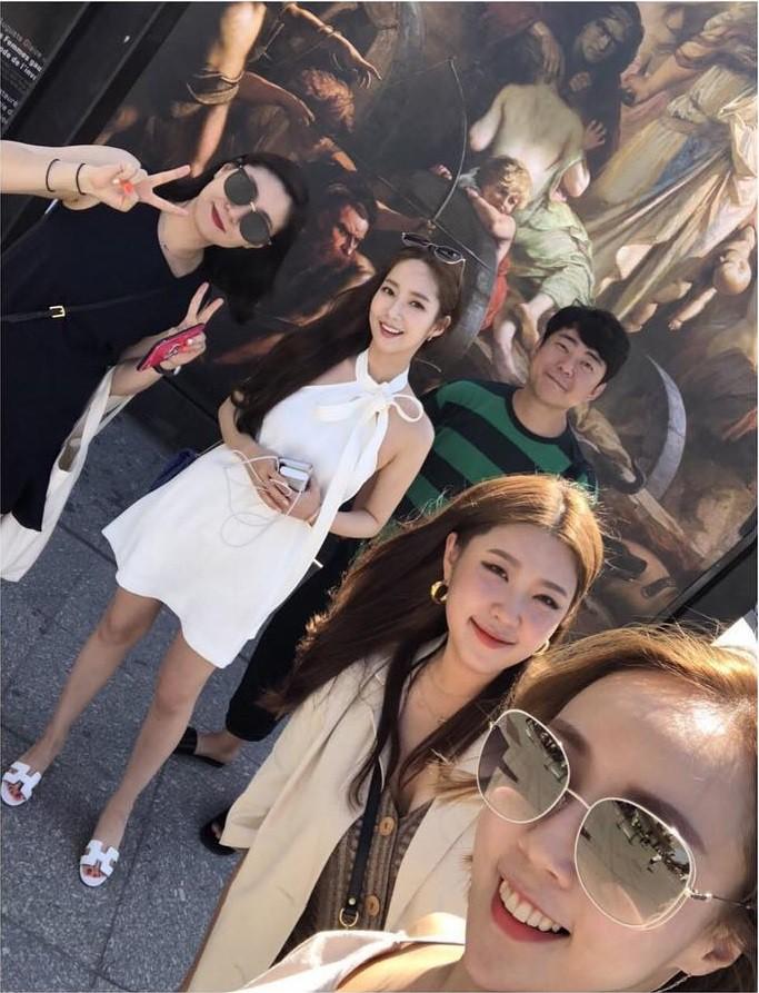 """Park Min Young diện váy trắng tung tăng trên phố, nhưng bí mật phía sau và cuộc """"đụng độ"""" với Angela Baby thì không phải ai cũng biết - Ảnh 2."""