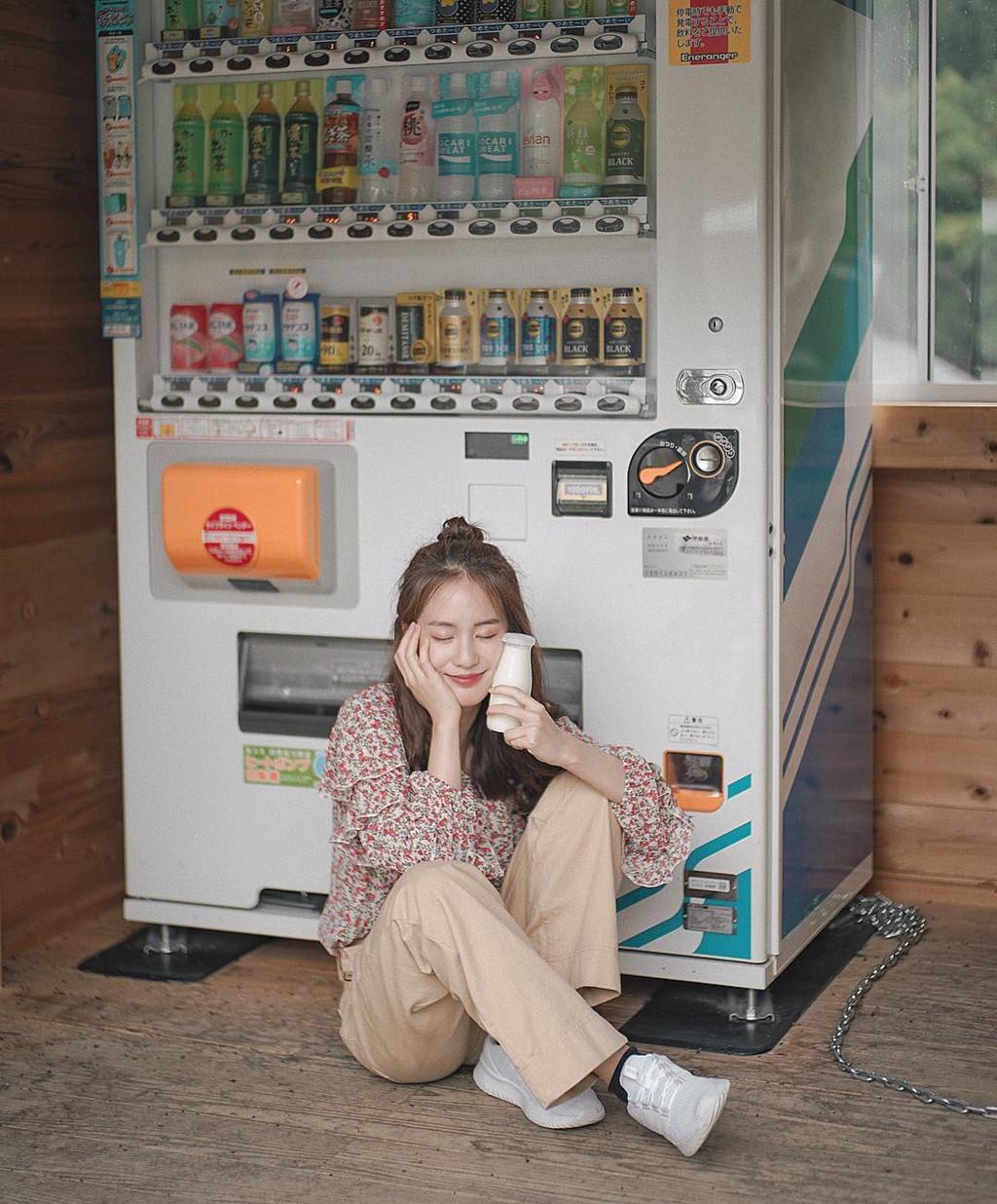 Pimtha thường tạo dáng đáng yêu khi chụp ảnh trong cửa hàng tiện lợi hay trước máy bán nước tự động.