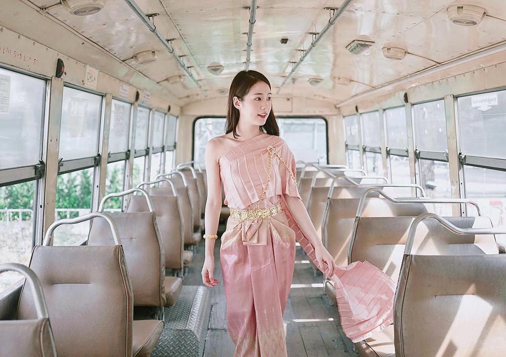 Xe bus, tàu điện ngầm cũng là nơi chụp ảnh yêu thích của hot girl Thái Lan.