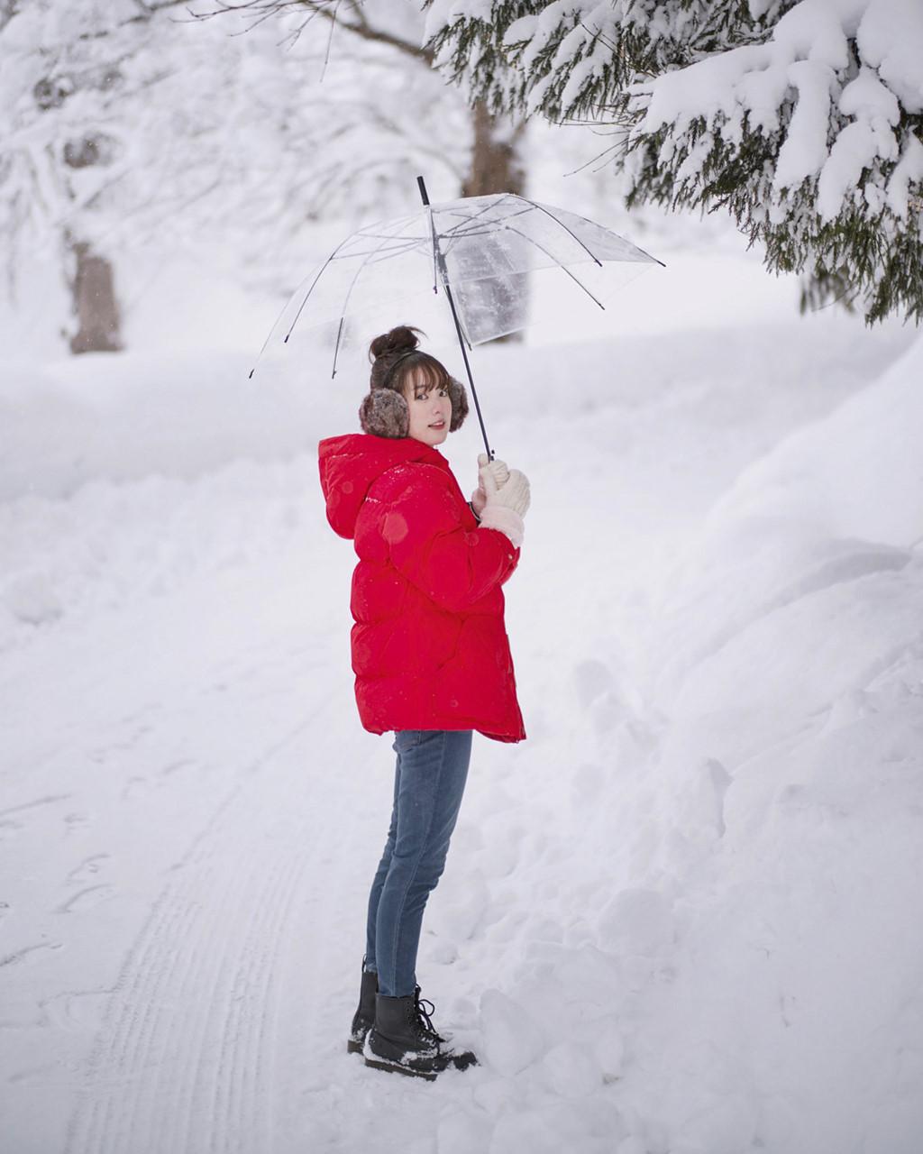 Pimtha thường chọn áo có tông màu nổi bật mỗi khi chụp hình với tuyết.