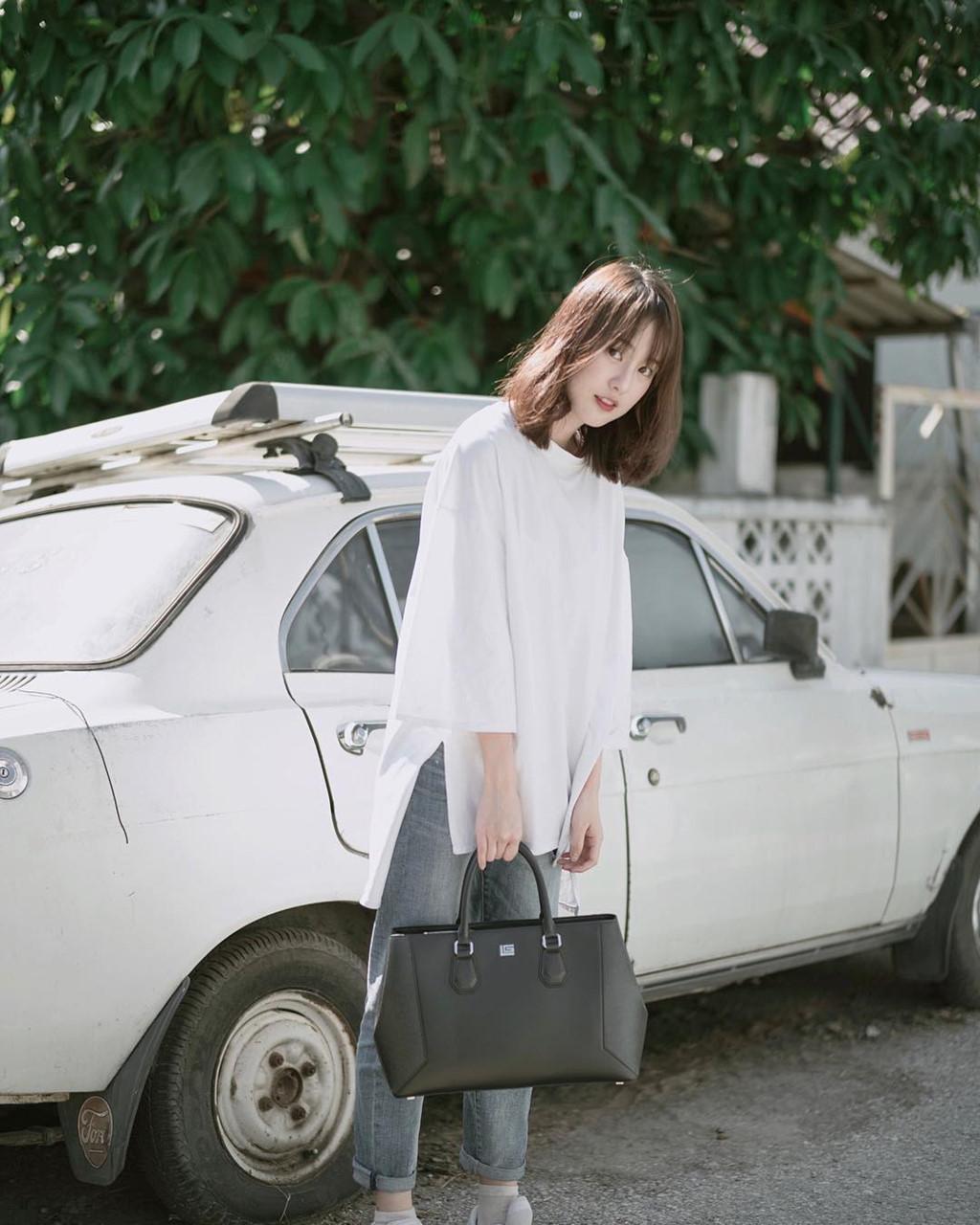 Những khung hình hot girl số một Thái Lan chụp với ôtô.