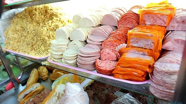 Người Sài Gòn xếp hàng dài chờ mua ổ bánh mì siêu ngon, siêu đắt