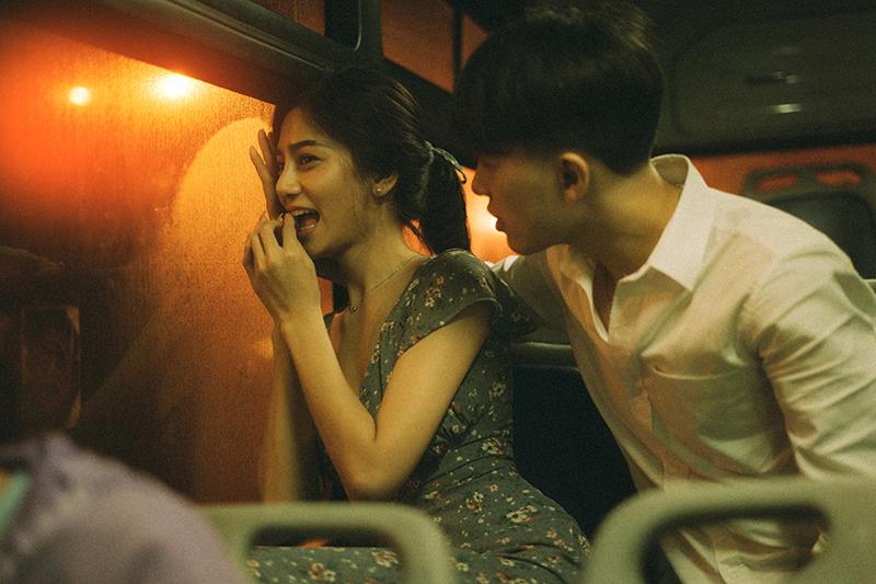 Ảnh tình yêu chụp vội của cặp đôi 'chị-em' trên phố Hà Nội thu hút nghìn 'like' 13