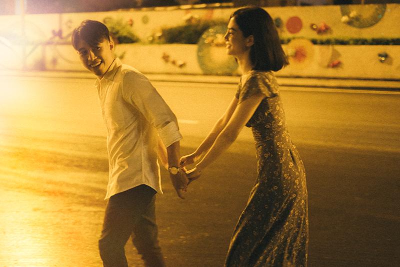 Ảnh tình yêu chụp vội của cặp đôi 'chị-em' trên phố Hà Nội thu hút nghìn 'like' 23