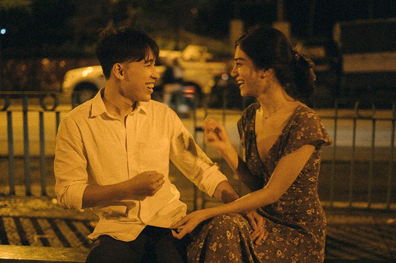 Ảnh tình yêu chụp vội của cặp đôi 'chị-em' trên phố Hà Nội thu hút nghìn 'like' 16