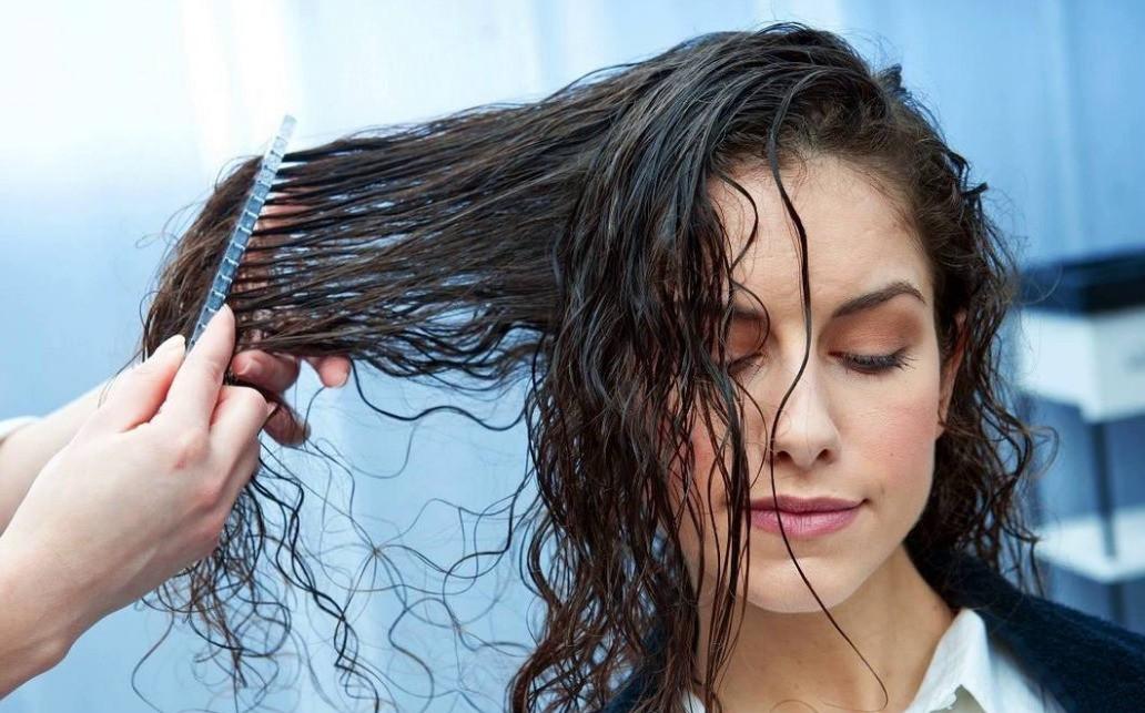 Vừa gội đầu xong đã làm những điều này chỉ khiến mái tóc nhanh hư tổn - Ảnh 1.
