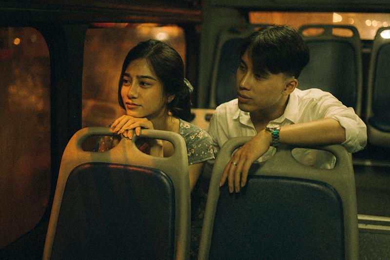 Ảnh tình yêu chụp vội của cặp đôi 'chị-em' trên phố Hà Nội thu hút nghìn 'like' 11