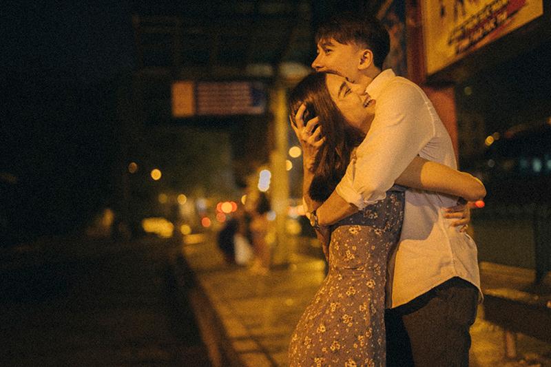 Ảnh tình yêu chụp vội của cặp đôi 'chị-em' trên phố Hà Nội thu hút nghìn 'like' 0