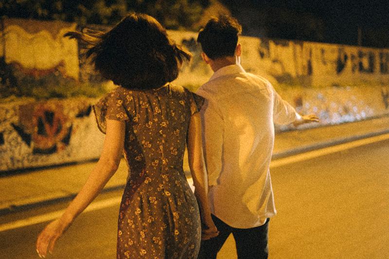 Ảnh tình yêu chụp vội của cặp đôi 'chị-em' trên phố Hà Nội thu hút nghìn 'like' 22