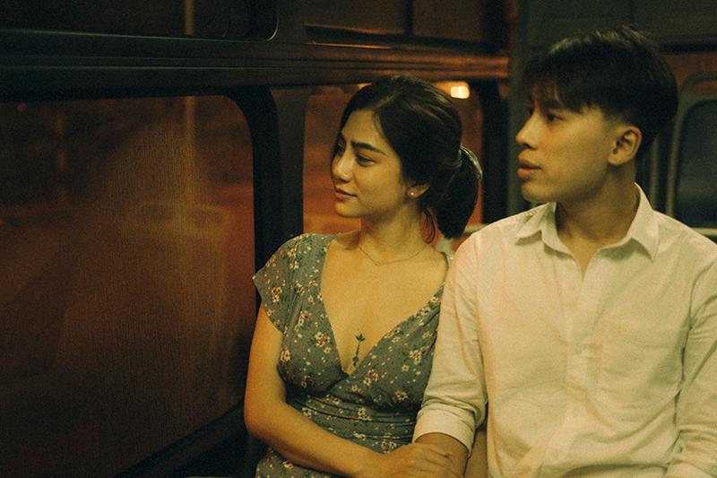 Ảnh tình yêu chụp vội của cặp đôi 'chị-em' trên phố Hà Nội thu hút nghìn 'like' 15