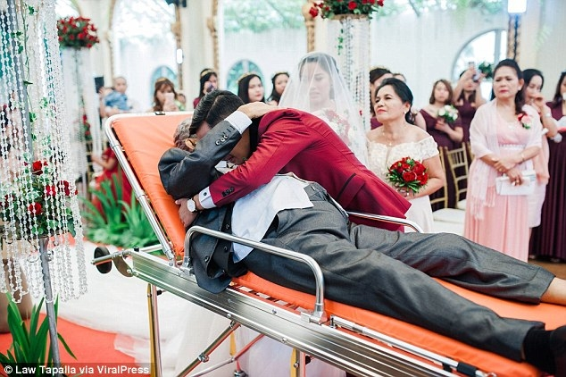 Chú rể ôm chầm lấy bố vợ