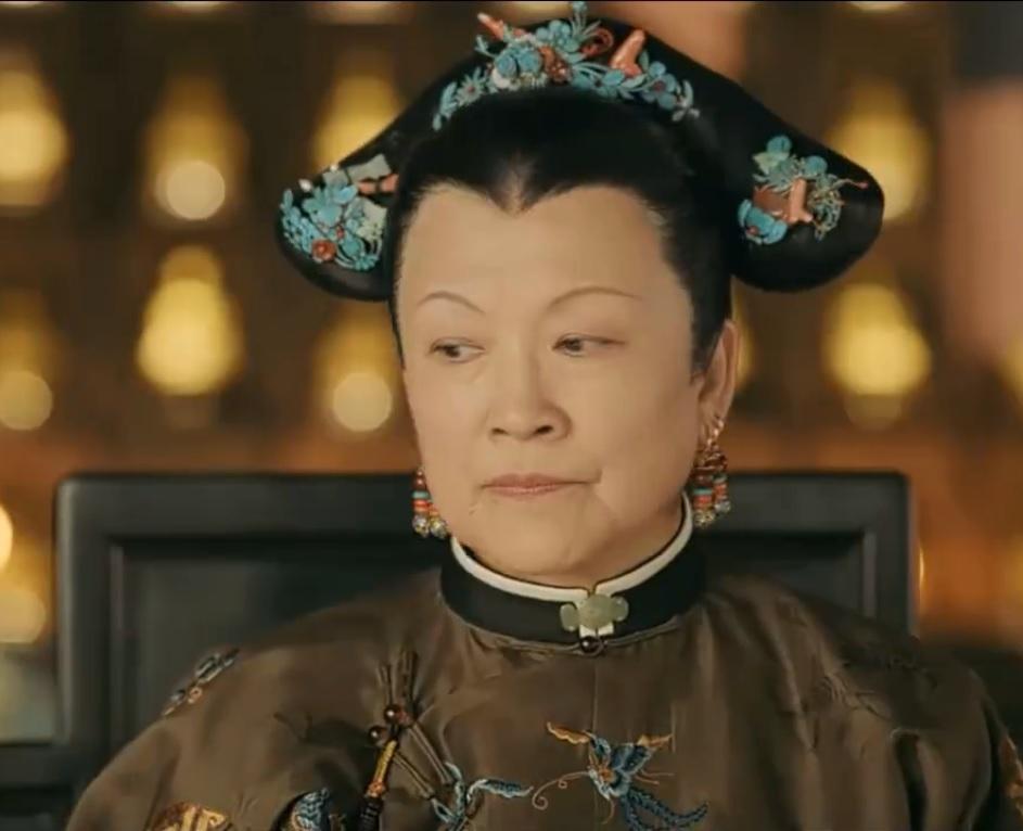 Nét mặt không vui của Thái hậu khiến nhiều khán giả lo lắng rằng bà sẽ lật mặt với Anh Lạc trong những tập sau này.