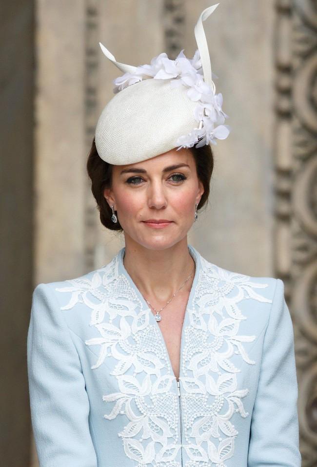 Không chỉ quy định trang phục ngặt nghèo, đến chuyện làm đẹp các nàng dâu Hoàng gia Anh cũng phải tuân theo 4 nguyên tắc này - Ảnh 4.
