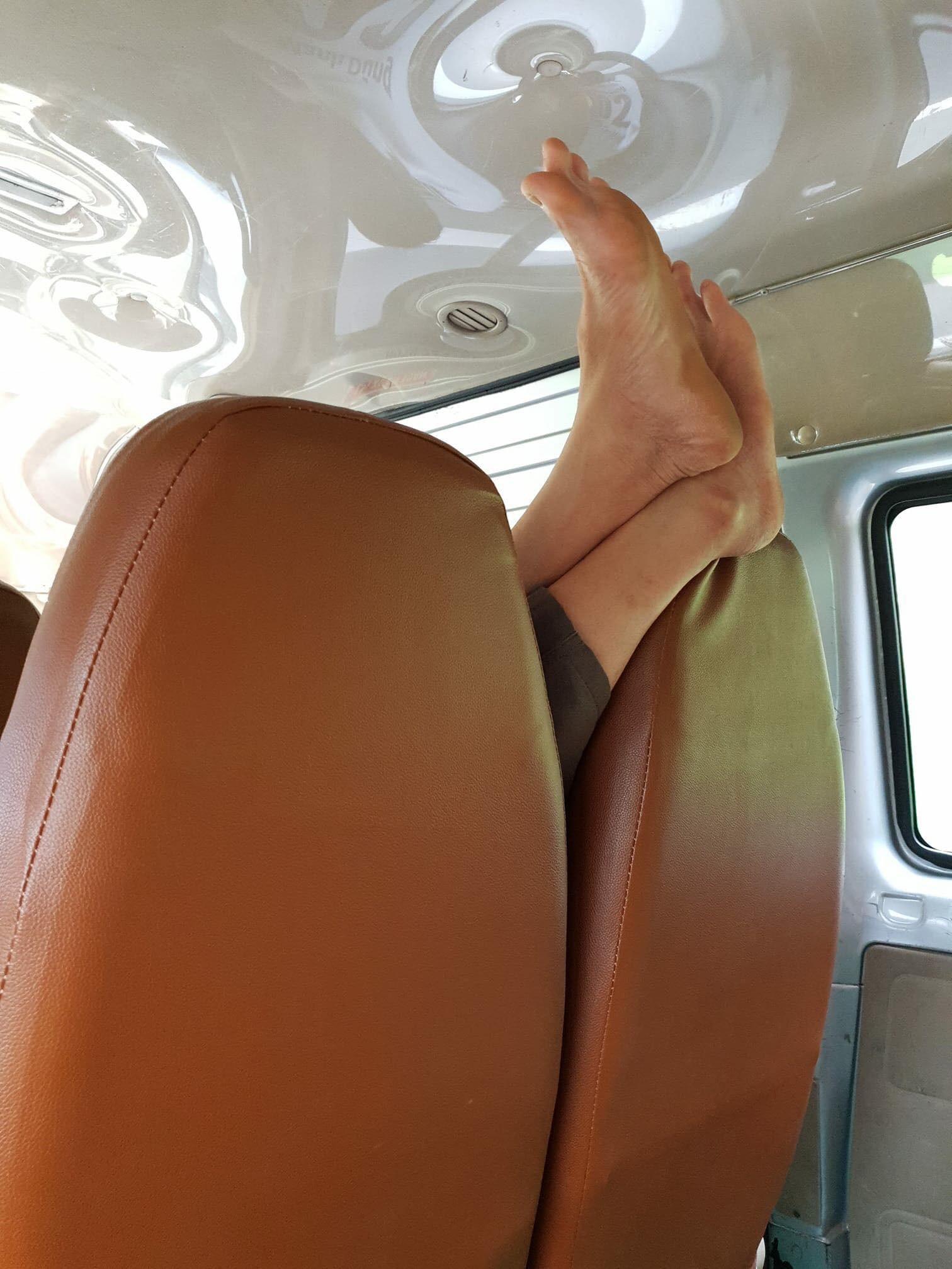 Những bàn chân ma thuật trên máy bay, xe khách khiến dân mạng chỉ biết thả reaction phẫn nộ - Ảnh 9.