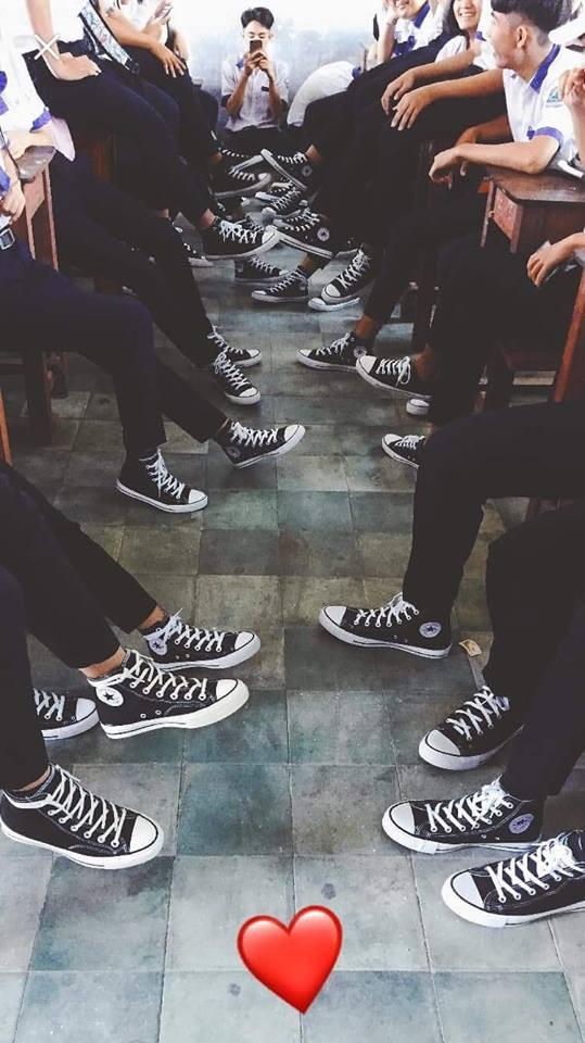 Bức ảnh chất nhất hôm nay: Khoe áo lớp xưa rồi, bây giờ trường người ta đã nâng tầm giày hiệu thế này cơ! - Ảnh 1.