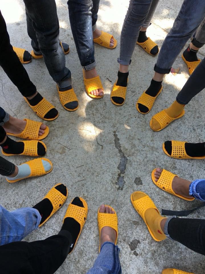 Bức ảnh chất nhất hôm nay: Khoe áo lớp xưa rồi, bây giờ trường người ta đã nâng tầm giày hiệu thế này cơ! - Ảnh 7.