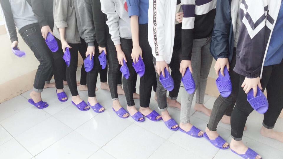 Bức ảnh chất nhất hôm nay: Khoe áo lớp xưa rồi, bây giờ trường người ta đã nâng tầm giày hiệu thế này cơ! - Ảnh 6.