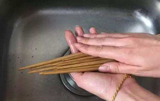 Thói quen rửa đũa kiểu này hầu như ai làm cũng tưởng tốt cho sức khỏe, ai dè rước bệnh vào thân! - Ảnh 1.