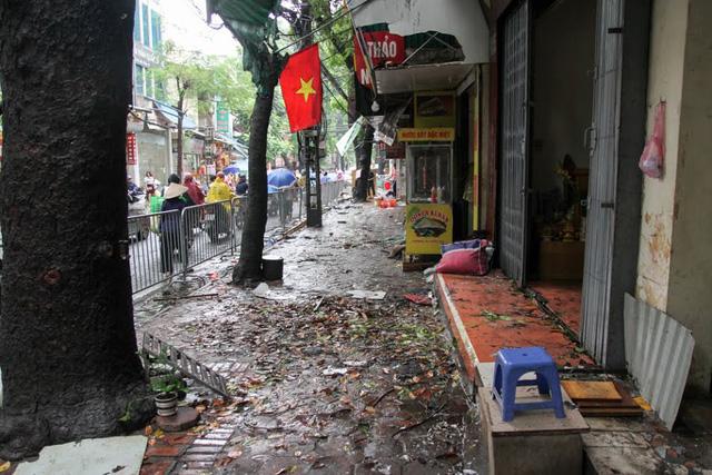 Hiện trường tan hoang sau vụ hỏa hoạn thiêu cháy gần chục ngôi nhà trên phố Đê La Thành tối 17/9