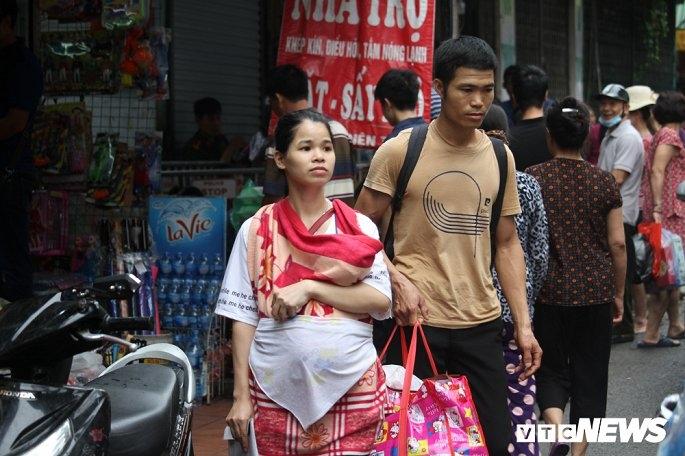 Vợ chồng chị Lương Thị Thọ may mắn lấy được đồ.