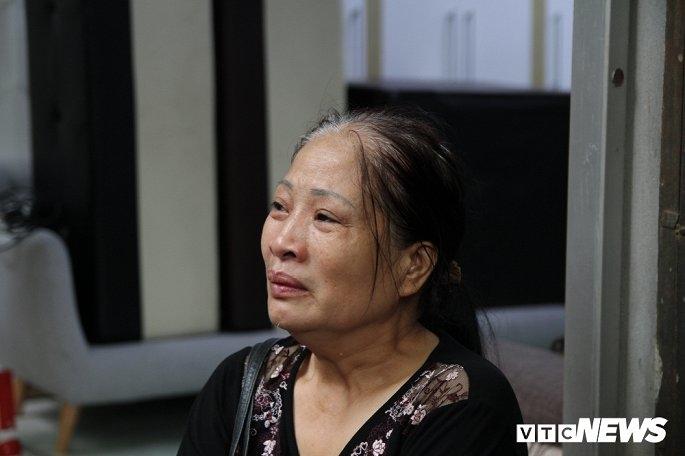 Bà Vy Thị Duyên thẫn thờ nhìn ngồi nhìn về phía ngôi nhà bị cháy.